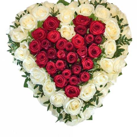 Rouwarrangement 'Hartspreker Red/White Roses' (hartvorm)